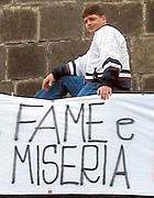 Una protesta di disoccupati napoletani (Ansa)