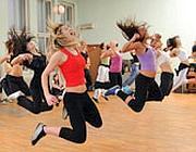 Ragazze che fanno ginnastica in palestra