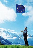 La bandiera dell'Unione europea, dodici stelle d'oro su sfondo azzurro, fu disegnata dal belga Arsène Heitz e venne adottata l'8 dicembre 1955