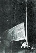 Il 25 dicembre 1991 la bandiera rossa con la falce e martello fu ammainata per sempre dalla cupola più alta del Cremlino