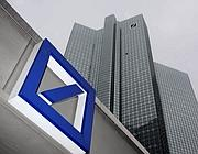 Il logo di Deutsche Bank davanti all quartier generale di Francoforte (Reuters)