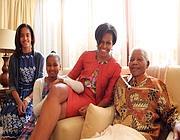 Michelle Obama  con le figlie e Nelson Mandela