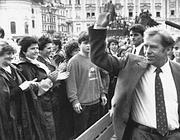 Vaclav Havel nella sua Praga nel 1990 (Ap)