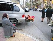 Una signora vende i fiori a Kolonnakis