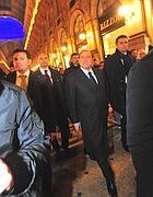 Berlusconi passeggia in centro a Milano (Fotogramma)