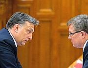 Il primo ministro ungherese Viktor Orban (a sinistra) col ministro dell'economia Gyorgy Matolcsy (Ap)