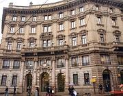 La sede di Unicredit a Milano (Fotogramma)