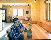 Samuele Giacometti nel soggiorno di casa (Di Piazza)