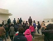 Gli operai sul tetto dell'impianto (China Jasmine Revolution)