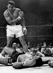Muhammad Alì stende Sonny Liston e vince il primo mondiale
