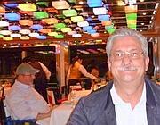 In primo piano il passeggero Angelo Fabbri e alle sue spalle in fondo la bionda al tavolo con Schettino. Il comandante della nave è coperto da Fabbri (foto dal Secolo XIX)