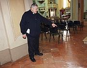 Il parroco don Giovanni Davoli mostra i calcinacci nella chiesa parrocchiale di Brescello, la chiesa di «Don Camillo», dopo la scossa di terremoto di mercoledì mattina (Ansa)