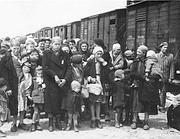 Ebrei in attesa di salire su uno dei treni per il lager (Archivio Rcs)