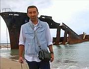 Il fotoreporter Gianni Lannes durante un'inchiesta di Rainews24
