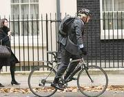Il sindaco di Londra Boris Johnson in bici (LaPresse)
