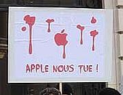 Un cartello contro la Apple, durante un corteo a Parigi