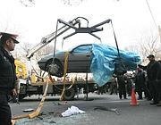 La polizia rimuove l'auto di uno scienziato iraniano ucciso