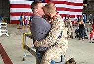 Usa: il bacio gay di un  marine  spopola sul web