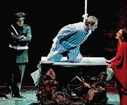 Una scena de «L'opera da tre soldi» di Brecht nell'allestimento del regista napoletano De Fusco con Massimo Ranieri e Lina Sastri