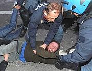 Il manifestante che ha insultato un carabiniere coinvolto negli scontri del giorno dopo (foto Ansa)
