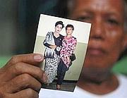Evie, detta Turdi, mostra una sua foto in abbigliamento da donna. È stata la tata del presidente americano Barack Obama (Ap/Alangkara)