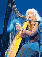 Loreena McKennitt è nata in Canada nel 1957. In carriera ha venduto 15 milioni di dischi
