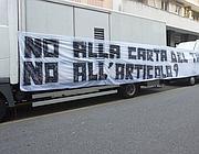 Uno striscione esposto da alcuni tifosi della Sampdoria davanti la sede della Lega a Milano per la tessera del tifoso (Ansa)