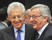 SUCCESSIONE Mario Monti  con Jean-Claude Juncker  (Afp)
