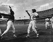 Qui mentre dà il primo «high five» al compagno Dusty Baker il 2 ottobre 1977, durante la partita tra i Dodgers di Los Angeles e gli Astros di Houston.