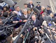 Il ministro francese degli Interni Gueant con i giornalisti (Afp)