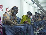 Donne in una fabbrica di sabbiatura  in Bangladesh (Abiti Puliti)