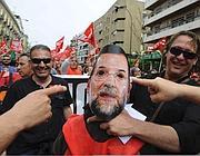 Una maschera del premier Rajoy durante le manifestazioni di giovedì (Afp)
