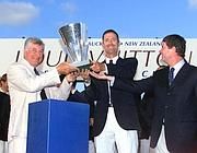 La Vuitton Cup conquistata nell'edizione 1999-2000 della Coppa America: Bertelli accanto a Francesco de Angelis (Afp)