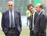 Luciano Moggi e Antonio Giraudo sul campo con il tecnico Fabio Capello in una foto del 2006 (Afp/Paco Serinelli)