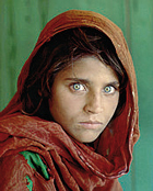 La celebre ragazza afgana di McCurry � riprodotta anche sui manifesti di Amnesty