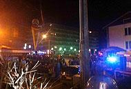Diverse persone si sono riunite nel luogo dell'incidente