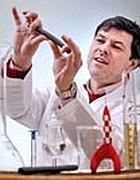 Il dott. Bill Lumsden nel suo laboratorio delle distillerie Ardbeg