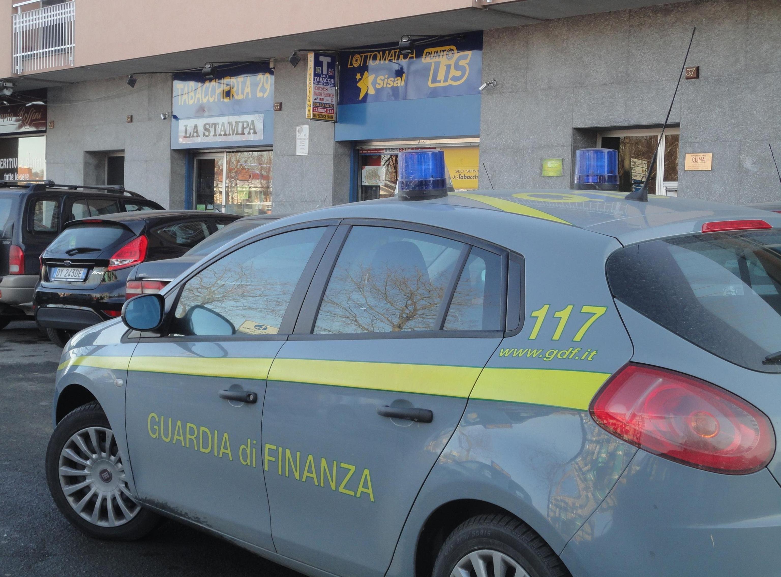 Un controllo della Guardia di Finanza (Ansa)