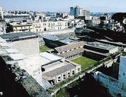 I «mostri» di cemento, palazzi e palazzine di Torre Annunziata, che circondano la Villa di Poppea e quella di Lucius Crassius