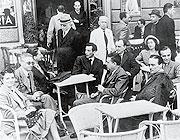 Una fotografia dell'epoca di fioritura delle riviste letterarie: Eugenio Montale, di profilo, e Mario Luzi, alla sua destra al caffè delle Giubbe Rosse di Firenze, negli anni Trenta (Archivio Corsera)