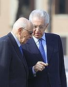 Il presidente della Repubblica Giorgio Napolitano parla con il presidente del Consiglio Mario Monti al Vittoriano (Ansa)
