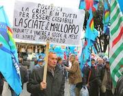Un cartello di protesta contro gli alti stipendi dei politici in Italia (Eidon)