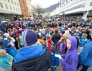 Bambini alla manifestazione contro Breivik a Oslo (Afp)