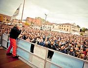Beppe Grillo durante un comizio (Ansa)