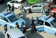 Mirko Raspa, il fratello del poliziotto, esce dalla volante davanti al commissariato di Genova