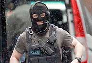Londra, si barrica in un palazzoe prende in ostaggio 4 persone|Video
