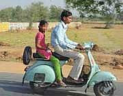 Una vespa vecchia sulla strada per Agra