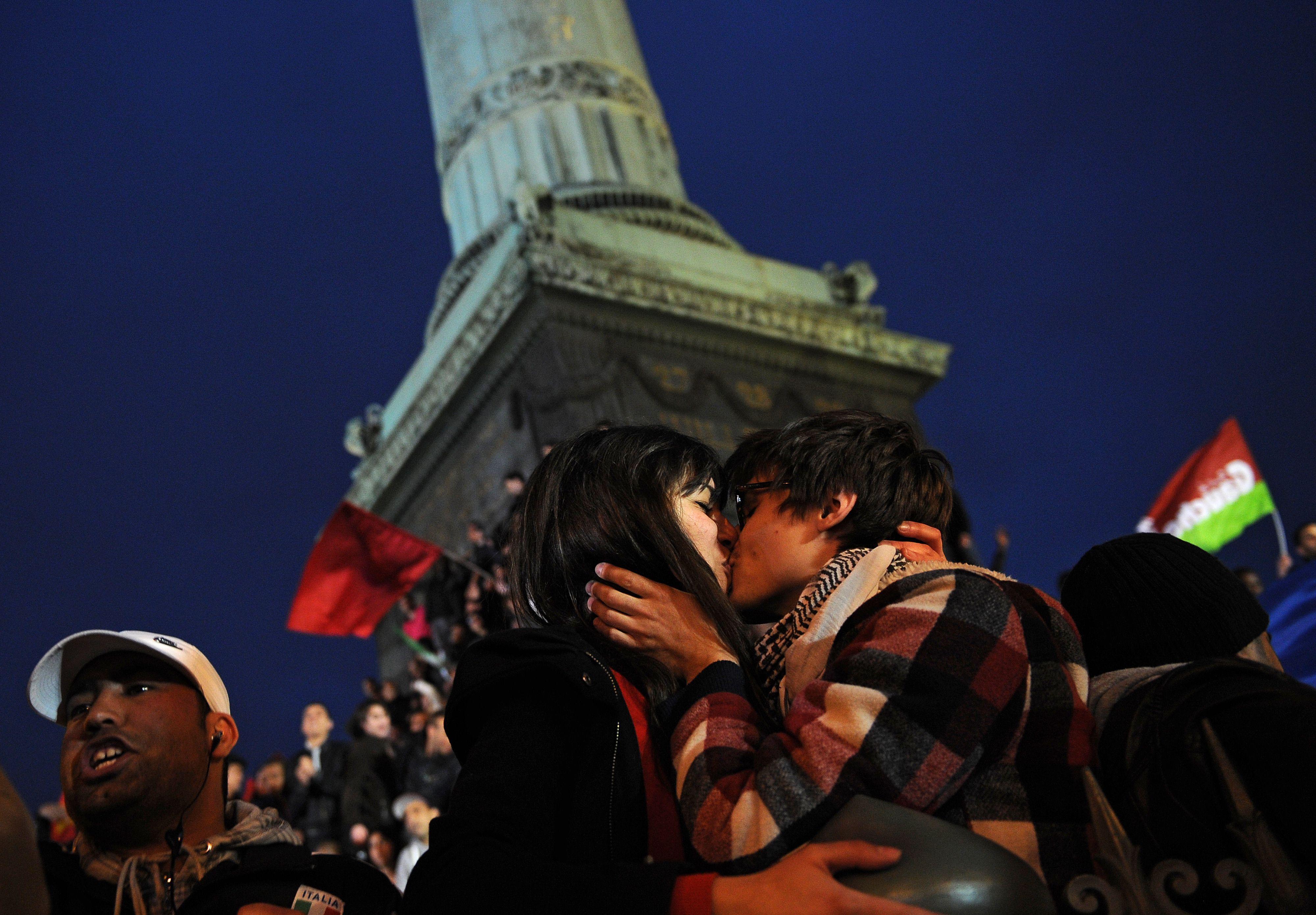 In piazza della Bastiglia esplode la gioia dei ragazzi di Parigi (Afp)