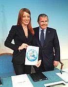 Brambilla con il sottosegretario Cardinale e il logo di vacanzea4zampe.info