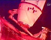 Il cargo commerciale Dragon della SpaceX al momento dell'aggancio con la Stazione spaziale internazionale (Reuters/Nasa)